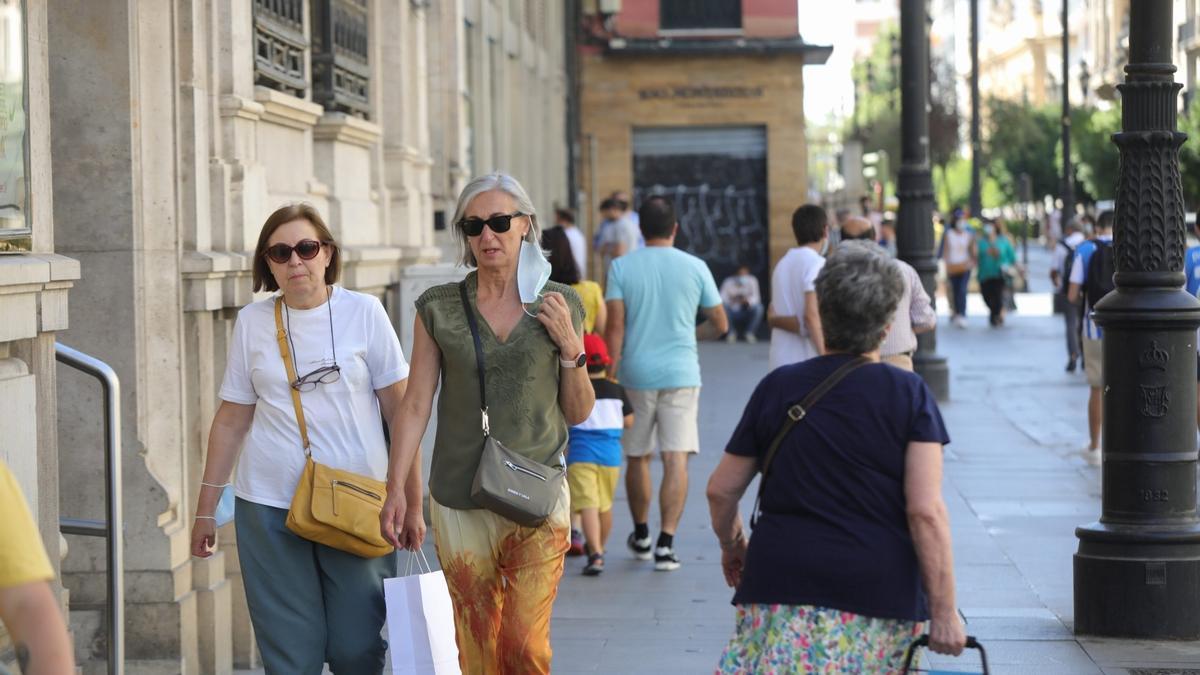 Primer día en el que los ciudadanos pueden pasear sin mascarillas en el exterior.