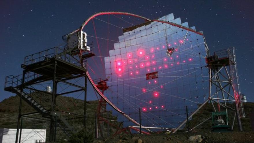magen de uno de los telescopios MAGIC situado en el Observatorio del Roque de los Muchachachos (Garafía, La Palma). Crédito: Robert Wagner/MAGIC Collaboration.