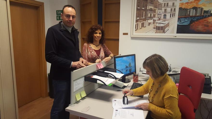 José Ramón Blanco y Rosana Alonso registran la iniciativa en el Parlamento de Cantabria.