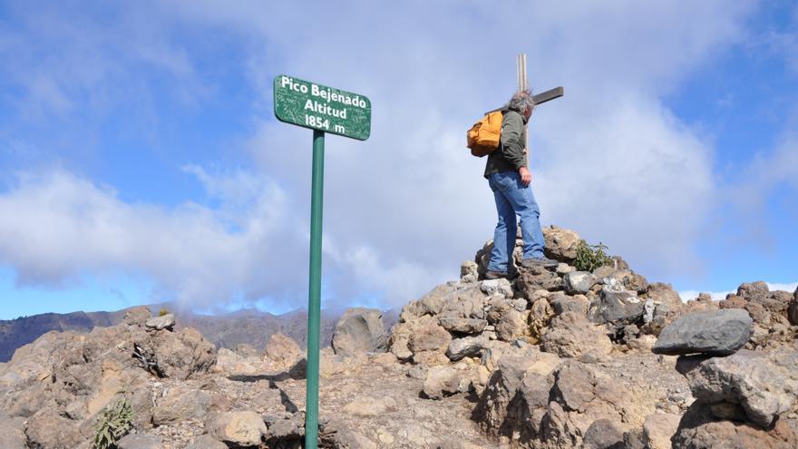 Imagen de archivo de un senderista en la cima de Pico Bejenado. Foto: ÁNGEL PALOMARES.
