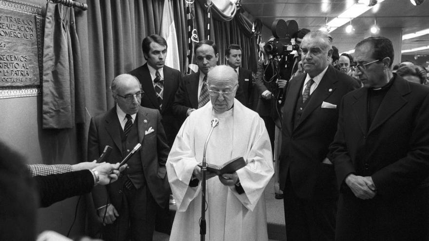 Madrid 29-10-1974.- El presidente de El Corte Inglés, Ramón Areces (i), acompañado de otras autoridades, durante el acto de bendición del nuevo centro de Princesa en Madrid.