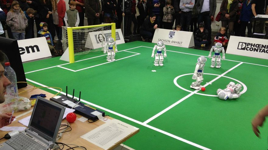 Equipo de robótica de la URJC en el GermanOpen de 2012 (Foto cedida por el equipo de robótica de la URJC a www.hojaderouter.com)