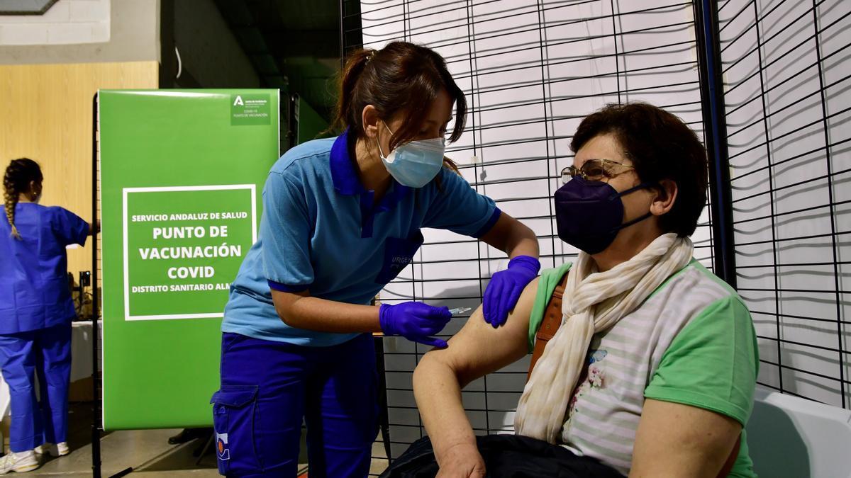 Una enfermera pone la vacuna de Janssen a una mujer en el punto de vacunación masiva en el Palacio de los Juegos del Mediterráneo de Almería. EFE/Carlos Barba/Archivo