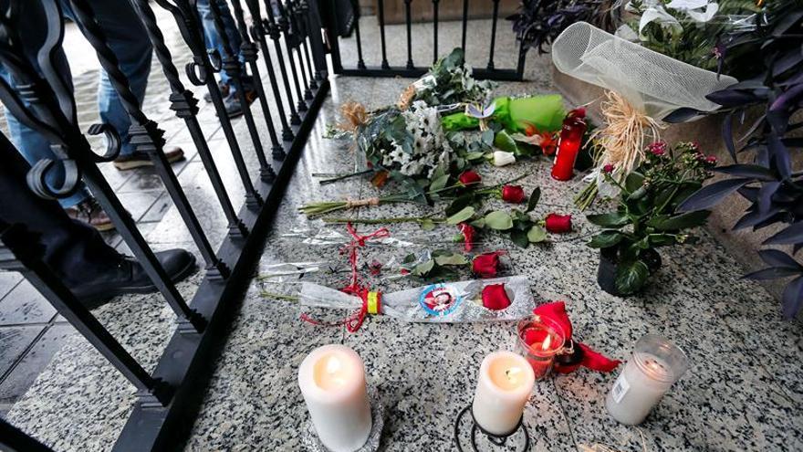Colocan flores, banderas y mensajes en el portal de Rita Barberá en Valencia