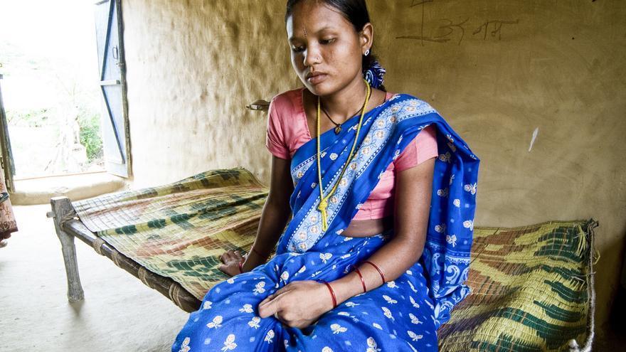 Joshi posa en el interior de la pequeña casa de adobe en la que vive con su familia, en el centro oeste de Nepal. / Zigor Aldama.