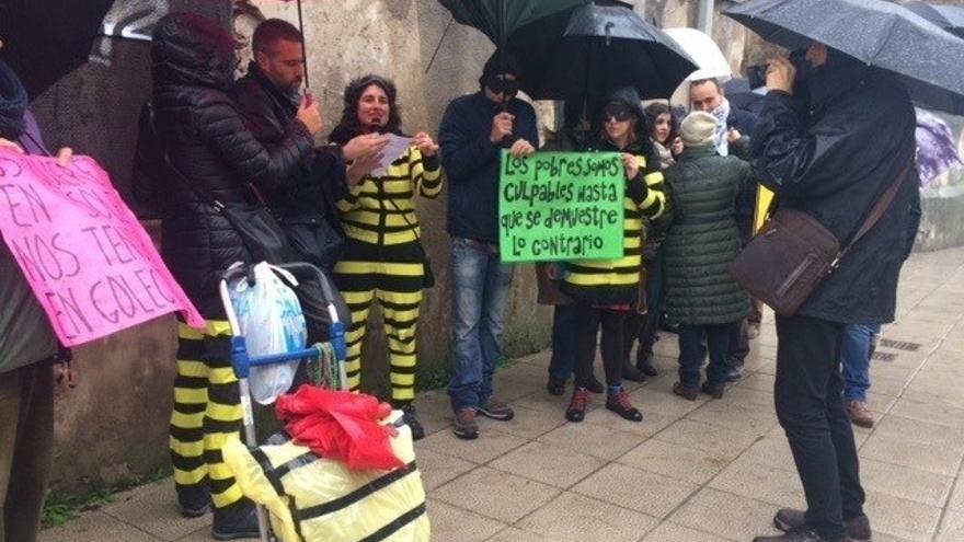 Integrantes del colectivo Andarivel en la protesta frente al Parlamento de Cantabria.