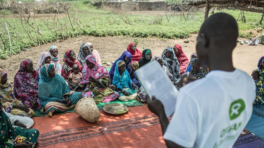 Imagen de archivo. Un trabajador de Oxfam se reune con varias mujeres en Am-Ourouk, un pueblo a 50 kilómetros de Mangalmé, en la región de Guera (Chad). / FOTO: Pablo Tosco - Oxfam Intermón