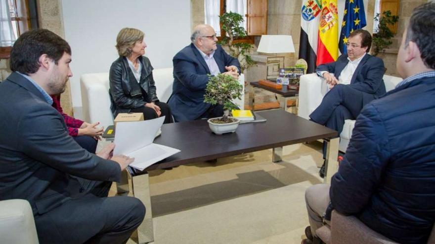 El presidente de Extremadura, Guillermo Fernández Vara, se ha reunido con el director internacional en España de Amnistía Internacional, Esteban Beltrán