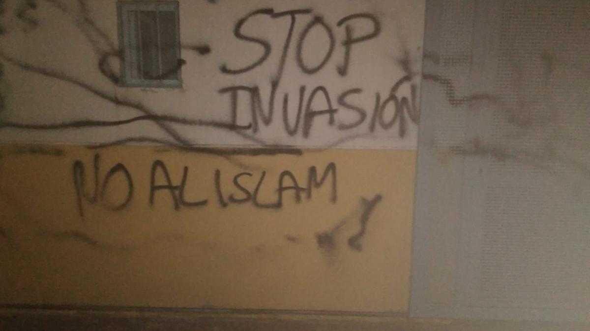 Las pintadas ofensivas con las que ha amanecido la mezquita de Cabezo de Torres