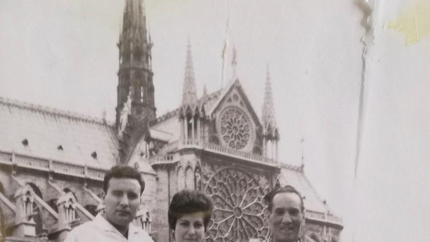 """Antonio tras su """"resurrección"""" en París junto a su hijo y su nuera"""