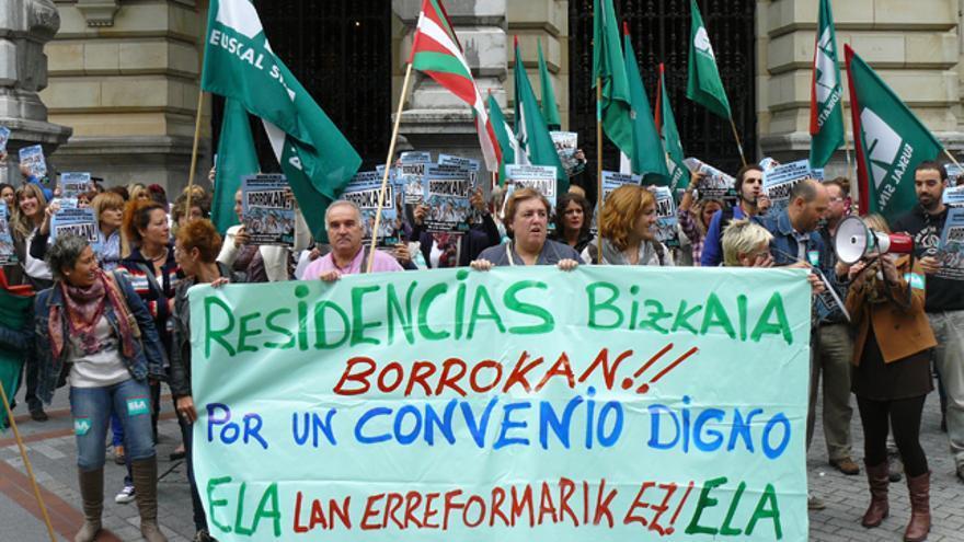 La manifestación de las trabajadoras de residencias antes de salir desde la sede de la Diputación en la Gran Vía. /G. A.