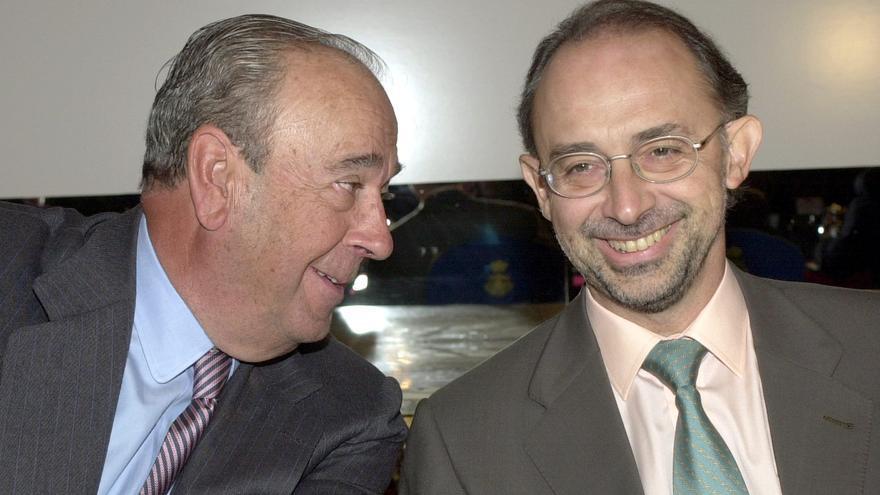 El entonces presidente del BSCH, Jose María Amusátegui, y el ministro de Hacienda, Cristóbal Montoro, en noviembre de 2000. EFE