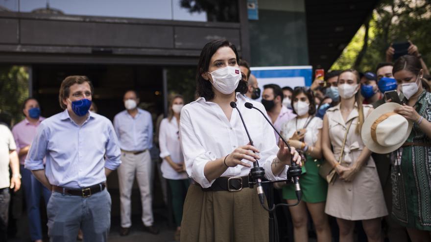 La presidenta en funciones de la Comunidad de Madrid, Isabel Díaz Ayuso, ofrece declaraciones a los medios, antes de participar en la concentración contra la concesión de los indultos a los presos del 'procés', en la sede nacional del PP de Génova, a 13 d