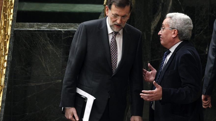 Mariano Rajoy conversa con el entonces diputado Juan Carlos Aparicio en noviembre de 2012.