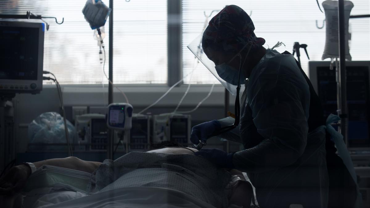 Una trabajadora sanitaria atiende a un paciente afectado por la covid-19,en la Unidad de Cuidados Intensivos del Hospital Clínico de la Universidad de Chile, en Santiago (Chile). EFE/ Alberto Valdés/Archivo