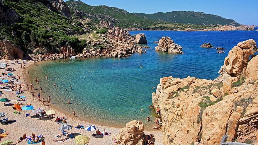 Una playa de Costa Paraíso en Cerdeña / Wikipedia: Carlo Pelagalli