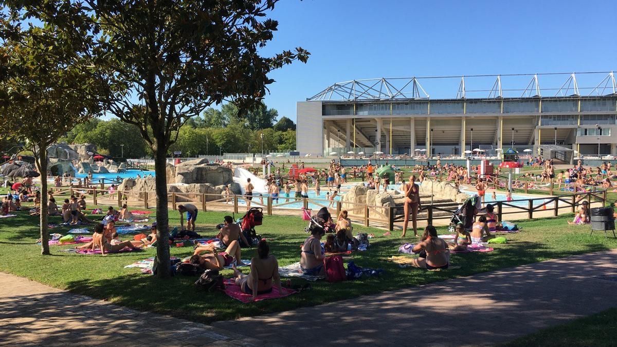 Bañistas en las piscinas de Vitoria