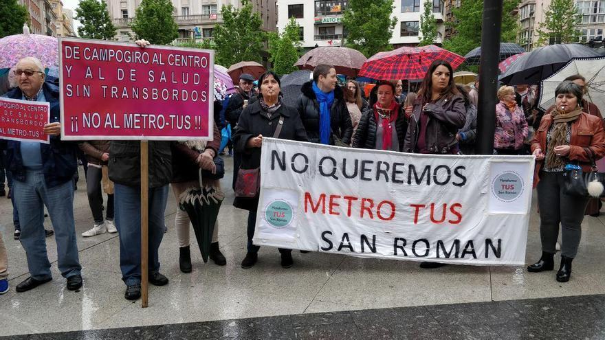Manifestantes frente al Ayuntamiento exigiendo la eliminación del Metro-TUS. | ANDRÉS HERMOSA