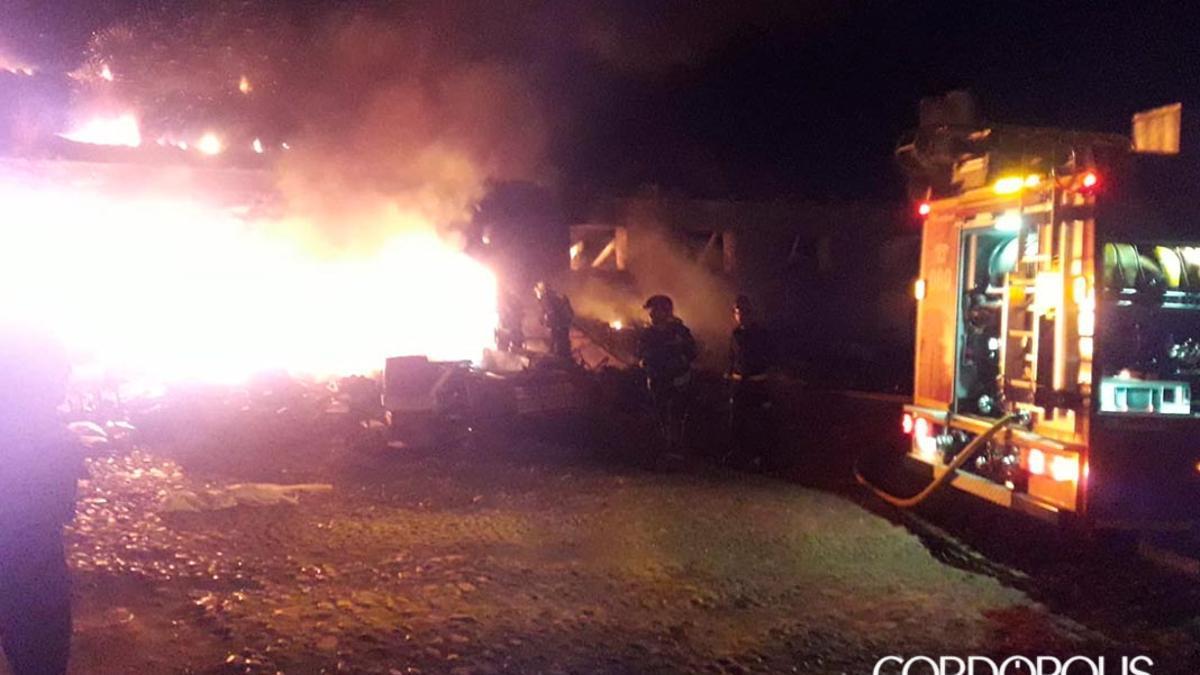 Imagen de archivo de bomberos trabajando en el fuego de un asentamiento