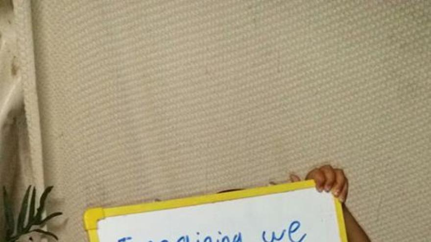 Un niño muestra un cartel en el centro de detenciones de Nauru // Facebook: Free the Children NAURU