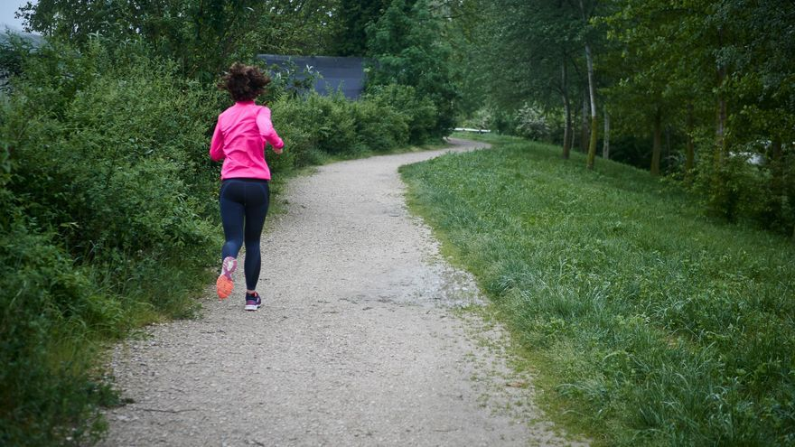 Una persona sale a correr por la vuelta de Aranzadi