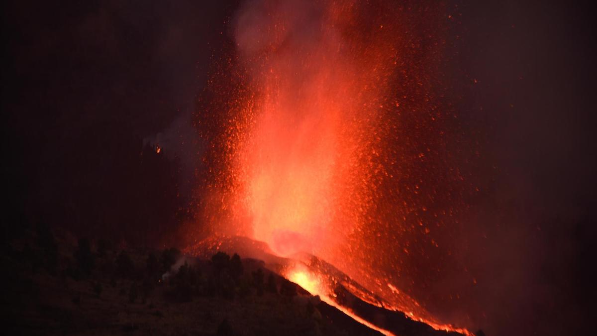 Cae en la noche en La Palma y el volcán tiñe de rojo el cielo isleño