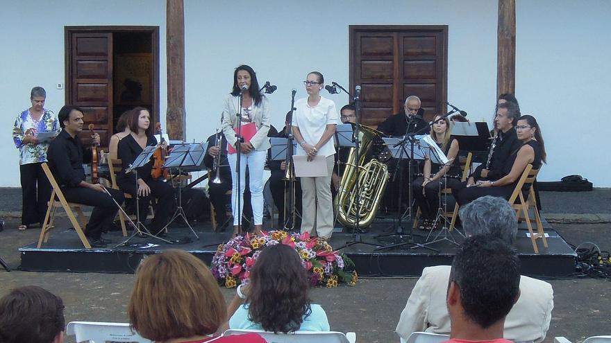 Imagen de archivo de la directora de la Escuela Insular de Música, Milagros Álvarez, y la consejera de Educación, Sanidad y Artesanía del Cabildo, Susana Machín.