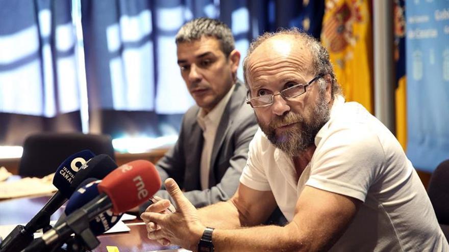 Fernando Gutiérrez, presidente regional de los pescadores canarios, con el consejero Quintero detrás, este jueves en Tenerife