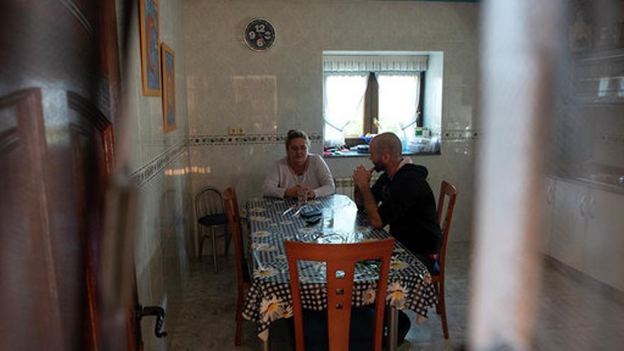 Héctor y su madre en la cocina de su casa en Gama