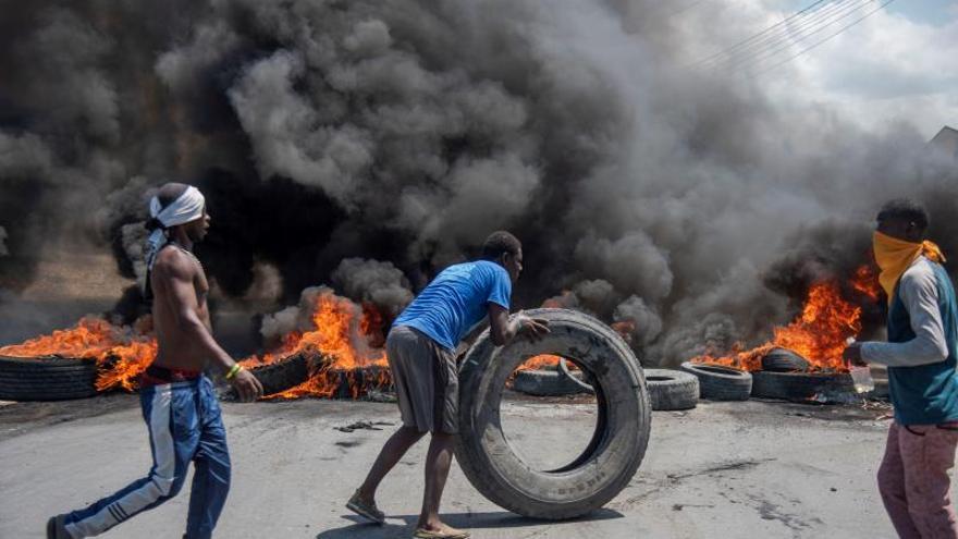 Manifestantes colocan una barricada durante protestas en una calle de la capital de Haití, Puerto Príncipe.