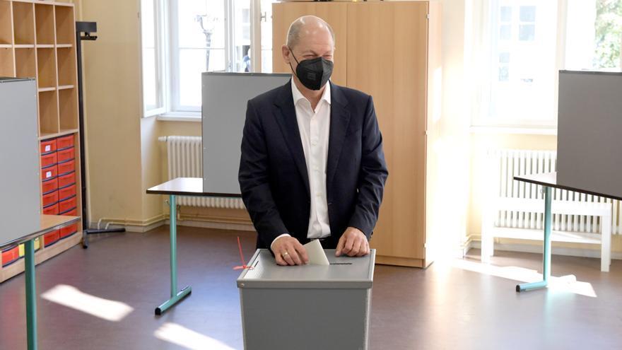 Olaf Scholz votando en Potsdam.