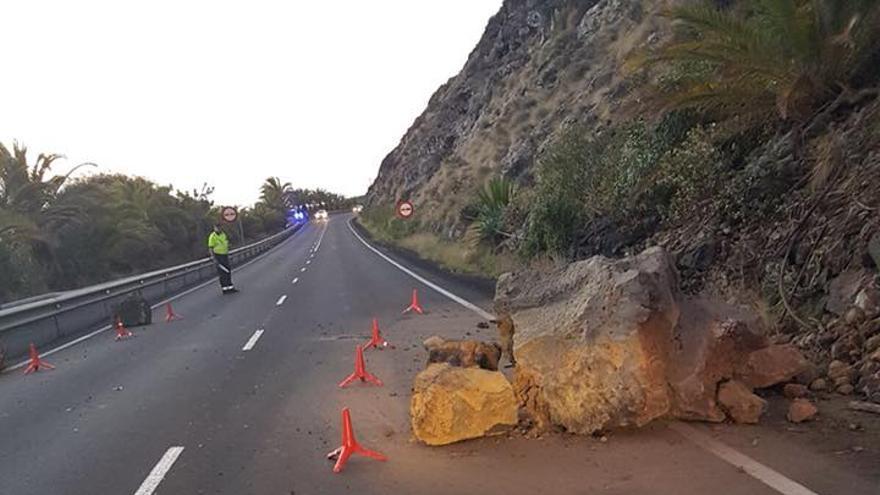 En la imagen, piedras del desprendimiento registrado en la mañana de este sábado en la carretera del Aeropuerto. Foto: Jorge González.