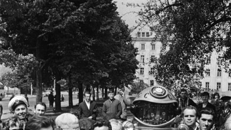 Soviéticos contemplan un robot en Moscú, en Kaliningrado, en 1969 (Imagen: Ria Novosti)