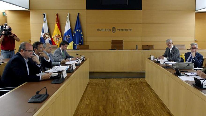 La asamblea general de la Federación Canaria de Islas (Fecai) analizó este lunes un informe sobre la participación de las corporaciones locales en los tributos del Estado, otro sobre los recursos económicos de los cabildos y el anteproyecto de Ley de Armonización y Simplificación de la Ordenación del Territorio. EFE/Cristóbal García