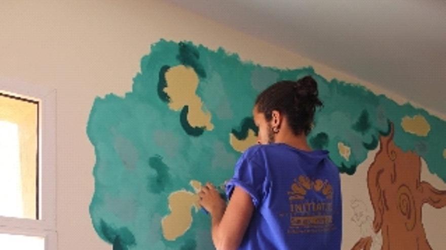 Victor Etxebarria pintando una pared de una escuela de Midelt, una pequeña ciudad al oeste de Marruecos.