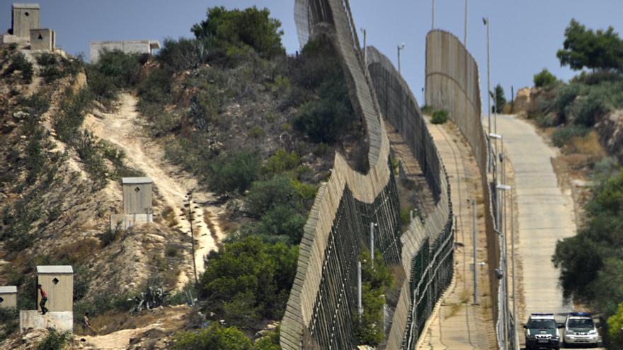 La triple valla de Melilla que separa la ciudad autónoma de Marruecos./ Fotografía: J. Blasco de Avellaneda.