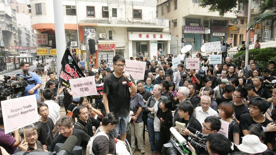 Un cámara de televisión que fue detenido, al micrófono en una protesta por la libertad de expresión en 2009