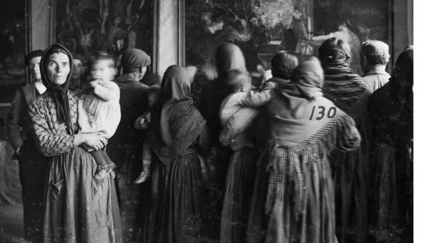 """""""Grupo de espectadoras ante una copia de Las hilanderas, de Velázquez, Cebreros, Ávila, 13-17 de noviembre de 1932"""" Madrid, Archivo fotográfico de la Residencia de Estudiantes"""