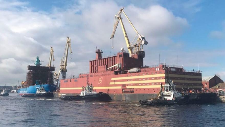 El Akademik Lomonosov, la estación nuclear flotante que Rusia pretende establecer en el Ártico.