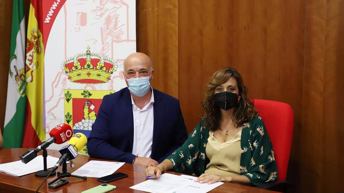 El presidente de la Diputación de Córdoba, Antonio Ruiz, y la alcaldesa de Luque, Felisa Cañete.
