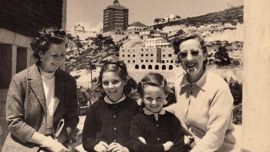 Carlota (izquierda) y Fernanda García del Real con sus sobrinas Alicia y Susana Olmo a finales de los años 50.