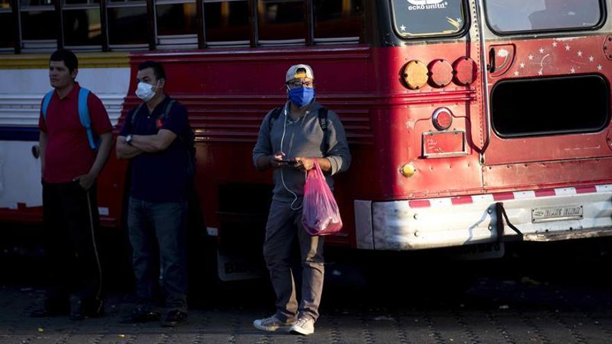 Ciudadanos esperan un autobús de transporte interurbano en la terminal de buses del mercado Israel Lewites en Managua (Nicaragua).