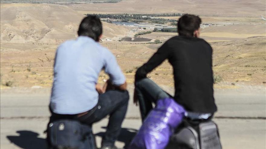 Refugiados sirios cruzando la frontera entre Siria y Jordania./EFE