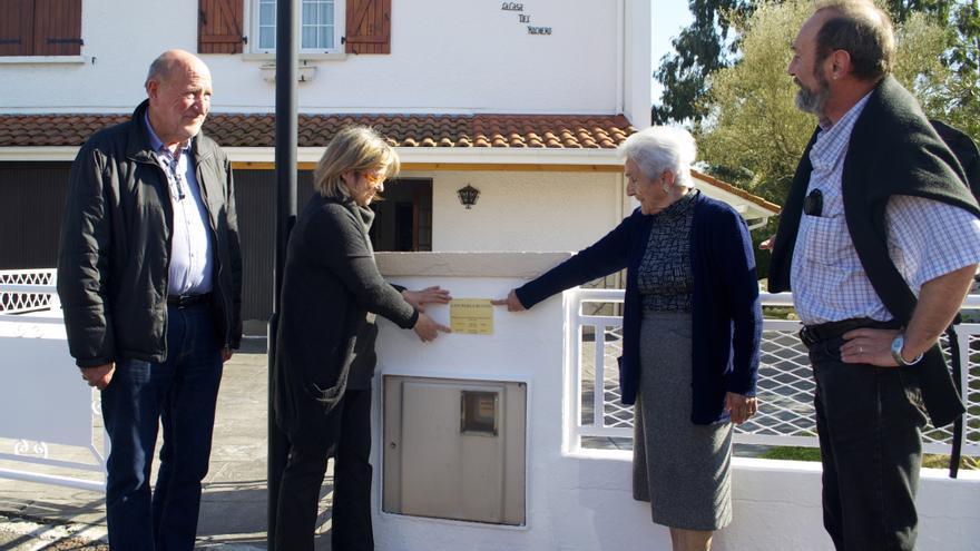 Pilar y María Perea señalan al asesor del alcalde de Hendaya y a Floren el lugar en que irá la placa