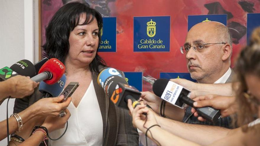 La consejera del Cabildo de Fuerteventura Soledad Monzón, junto al presidente del Cabildo de Gran Canaria, Antonio Morales. EFE/Ángel Medina G.