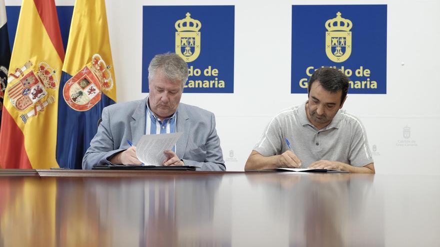 El consejero de Cultura del Cabildo, Carlos Ruiz, y el representante de los trabajadores, David Lacruz, rubricaron este jueves un acuerdo para poner fin a la huelga.