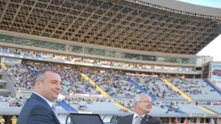 Miguel Ángel Ramírez (izquierda) entrega una placa insigne en el estadio de Gran Canaria. (ACFI PRESS)