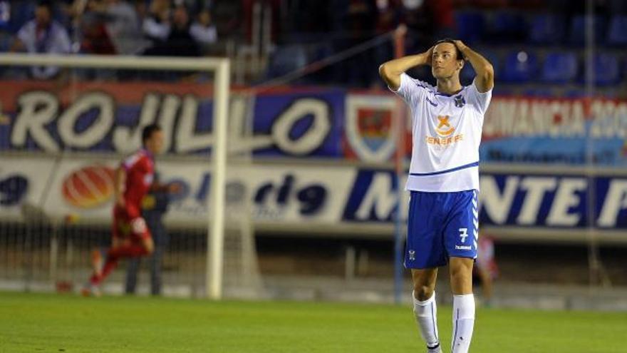Un jugador del Tenerife se lamenta durante el encuentro frente al Numancia