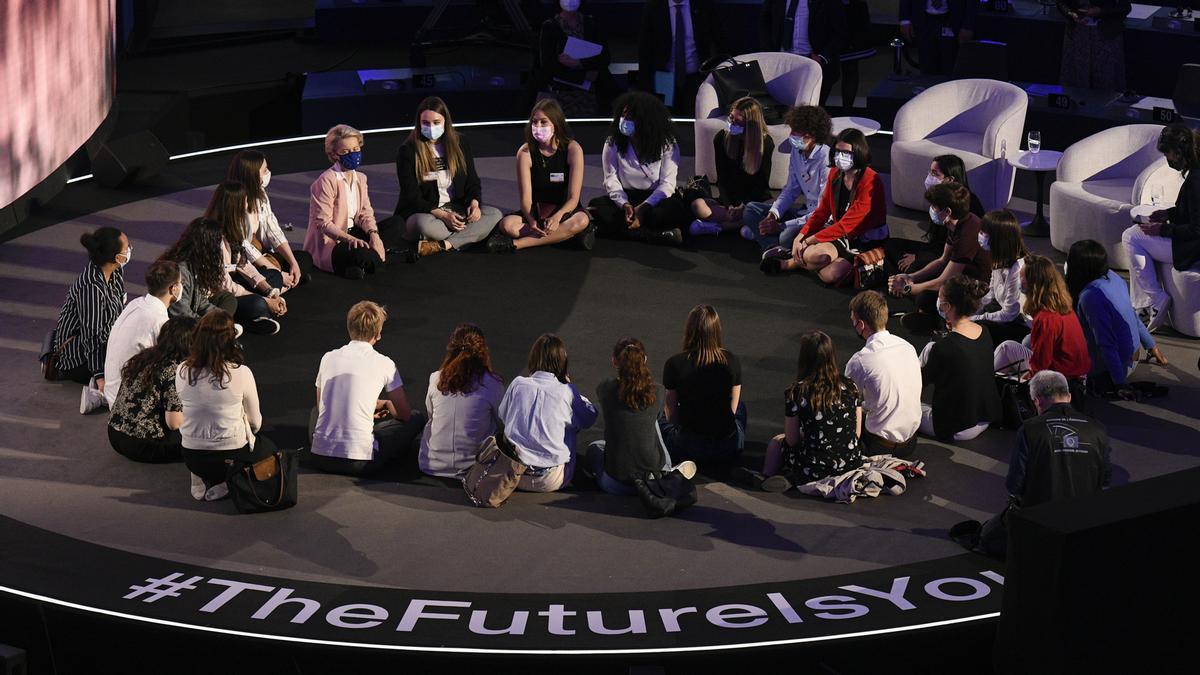 La presidenta de la Comisión Europea, Ursula von der Leyen, junto jóvenes europeos en la ceremonia de lanzamiento de la Conferencia sobre el Futuro de Europea, el 9 de mayo de 2021 en Estrasburgo.