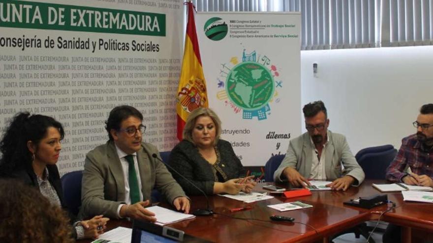 El consejero de Sanidad y Políticas Sociales, José María Vergeles, acompañado de la presidenta del Consejo General del Trabajo Social, Ana Lima Fernández / Junta